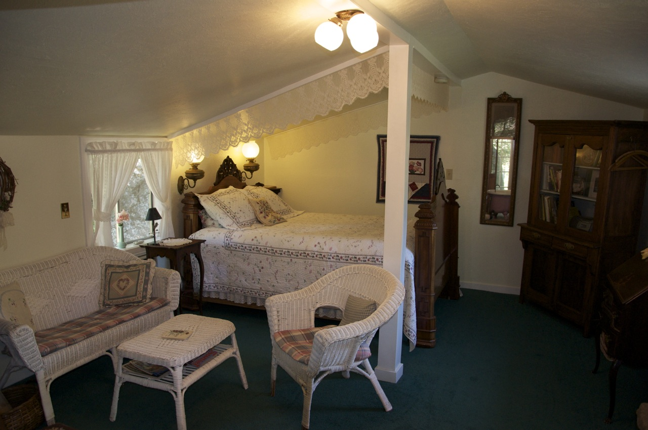 The Country Cottage room bed at Meadow Creek Ranch Inn in Mariposa, California near Yosemite National Park